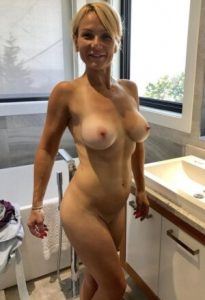 Femme mature teste le trio sexe avec son mari